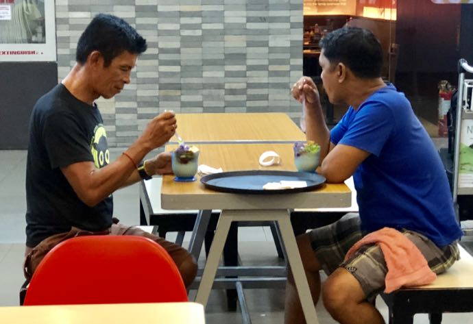 Chowkingのハロハロを男性2人で食べる姿