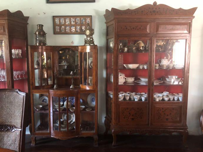 手入れされた家具と食器