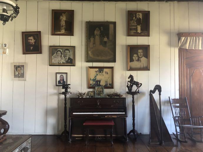 肖像画とピアノ