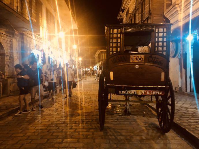 夜のビガンの街並み