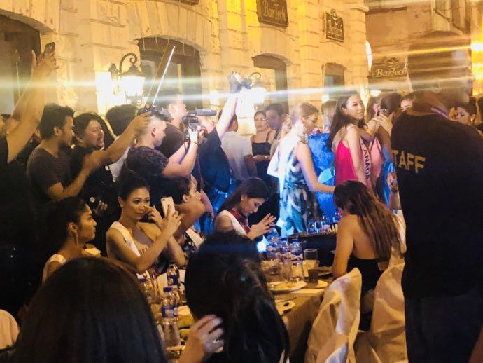 ミスコンの美女たちと撮影クルー