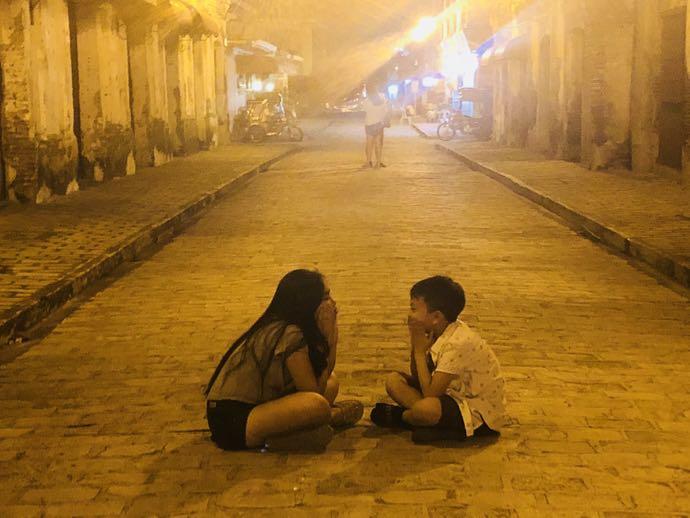 ルソン通りで遊ぶ子供