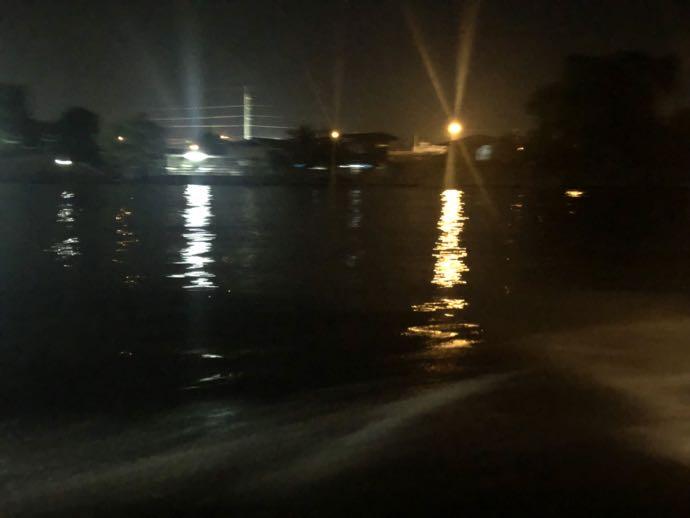 暗くて写真になにも写らない夜のアムパワーの運河