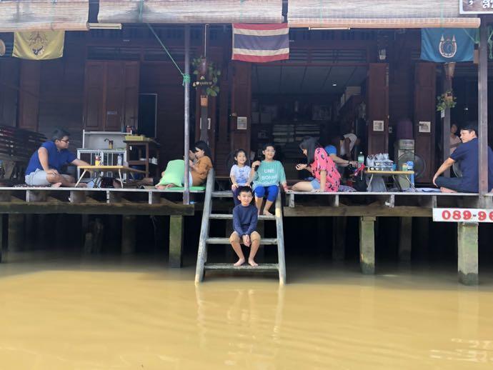 水上家屋の子供達