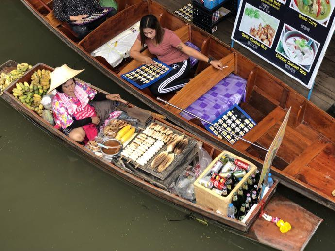 ボートで商売する女性たち