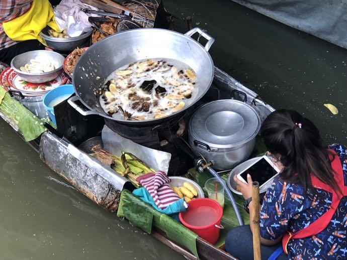揚げ物をする女性