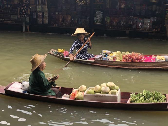 ボートを漕ぐ女性たち
