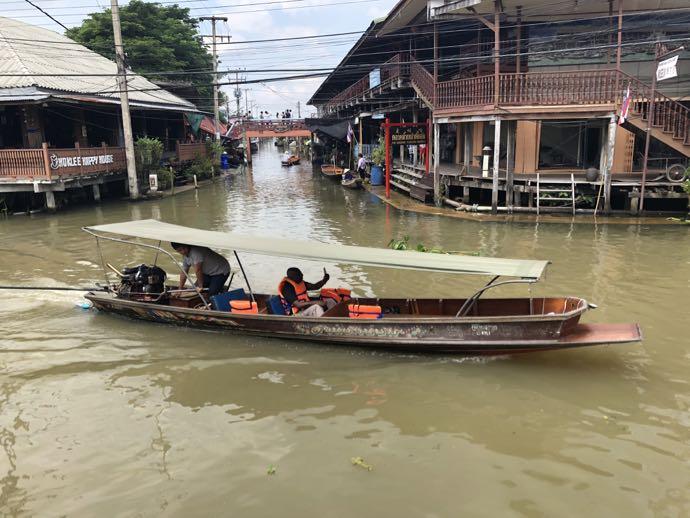 ダムヌン・サドゥアック水上マーケットの往来するボート