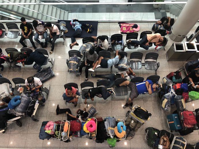 ニノイ・アキノ空港ターミナル3で雑魚寝する人々