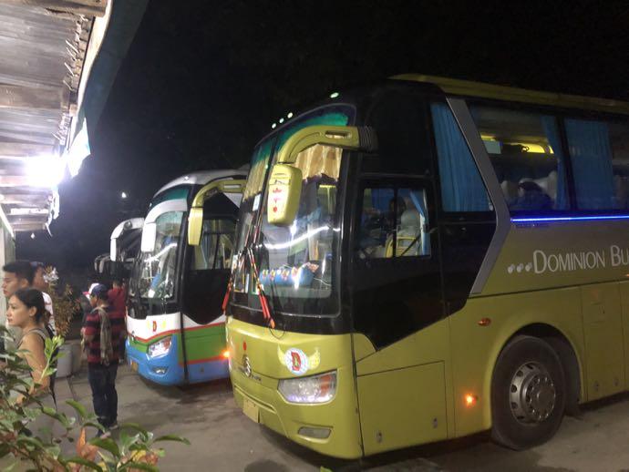 バスターミナルに並ぶバス