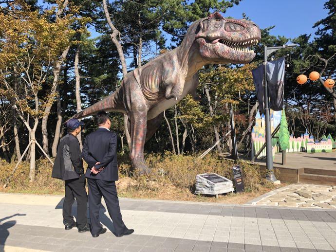 ディのアドベンチャー、恐竜のオブジェ