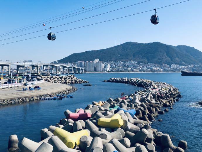 松島海上ケーブルカーと色とりどりのテトラポット