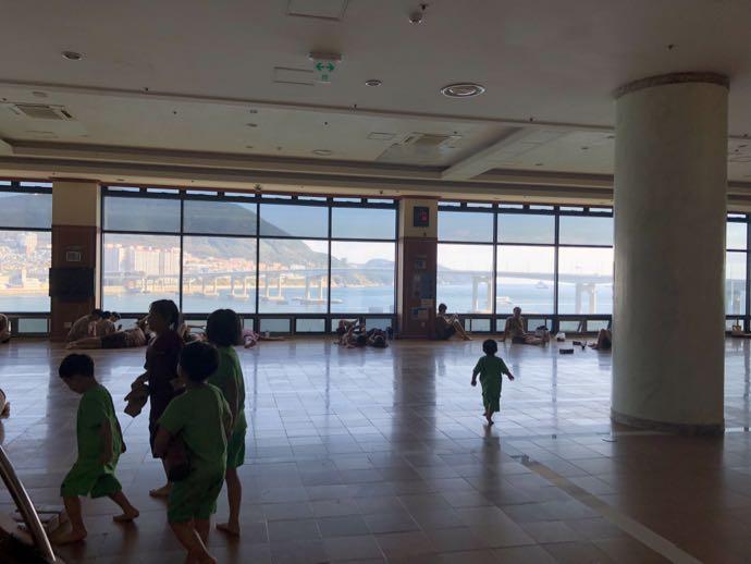松島ペスピアで戯れる子供