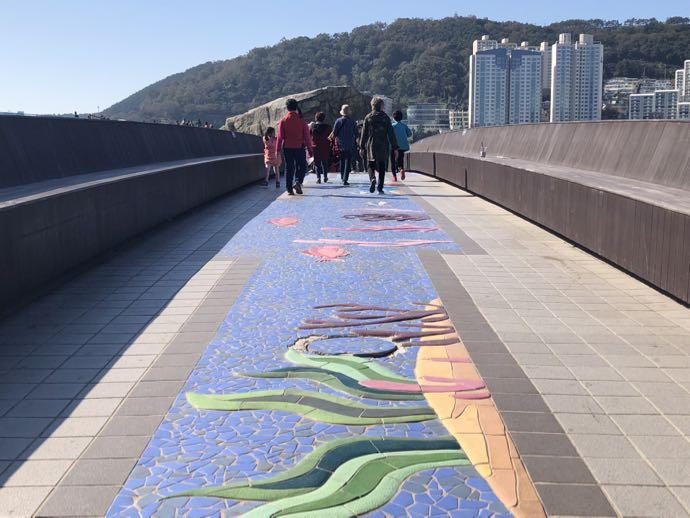 遊歩道を歩く人々