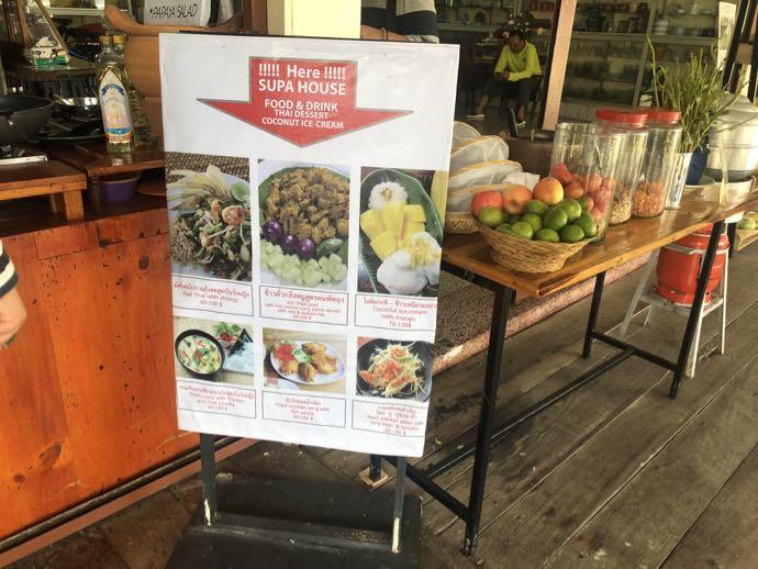 ダムヌン・サドゥアック水上マーケットの食堂の看板