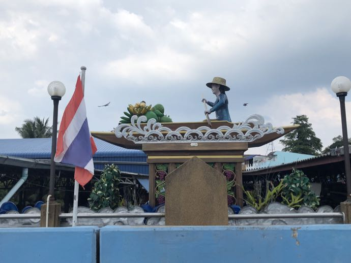 ダムヌン・サドゥアック水上マーケットの銅像