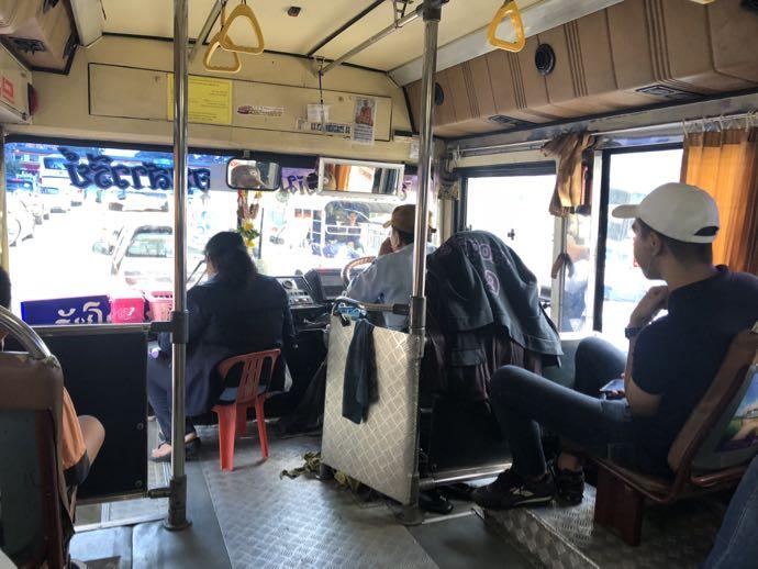 バンコクのバスの車内の様子
