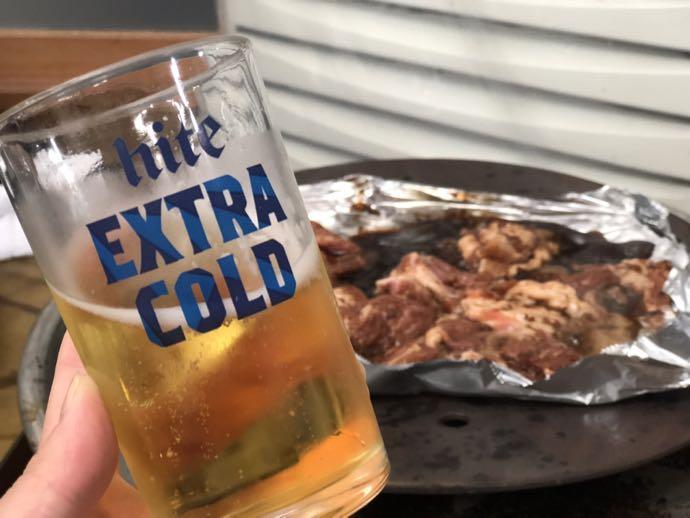ビールを飲みながらテジカルビ待ち