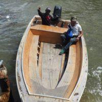 ボートで手を振る船頭