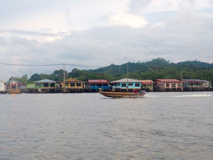 対岸から見た水上集落