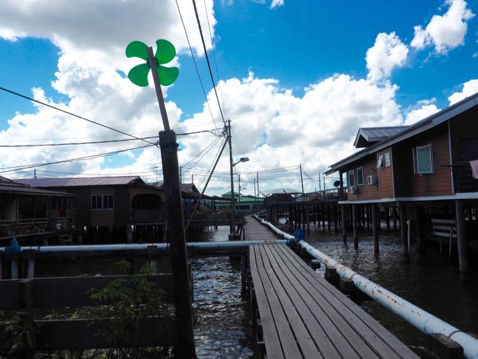 風車と水上集落