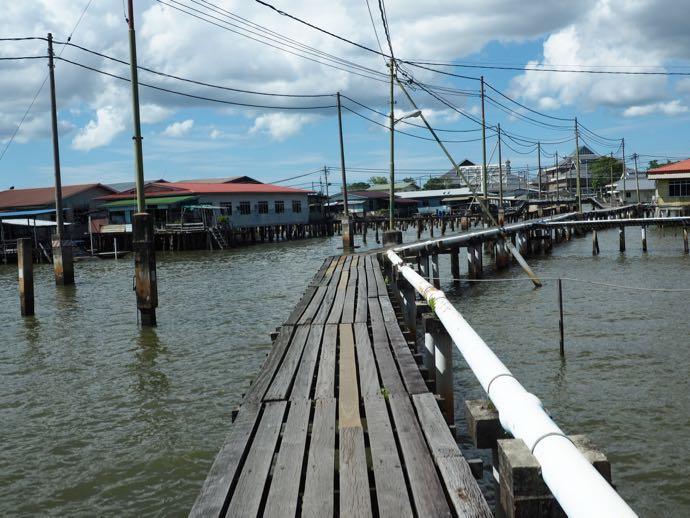 水上集落の橋を歩く