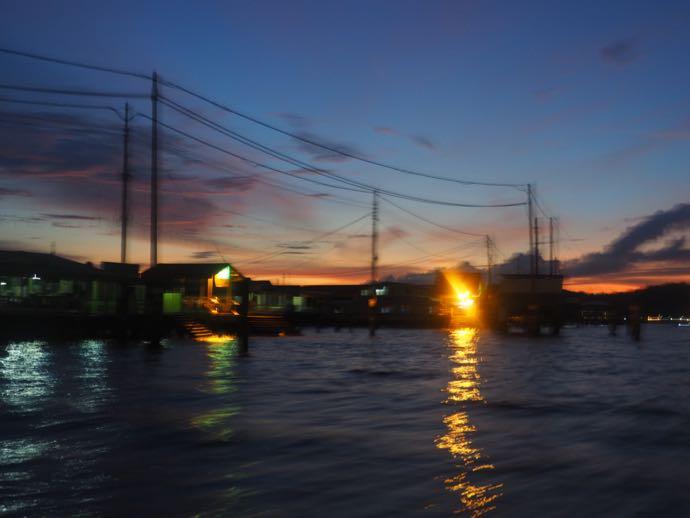 夕暮れ時の水上集落