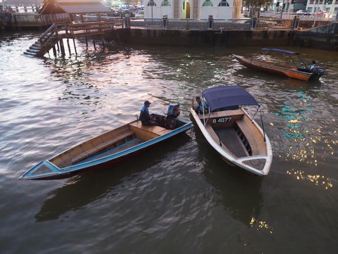 ボートを勧めてくる船頭さんたち