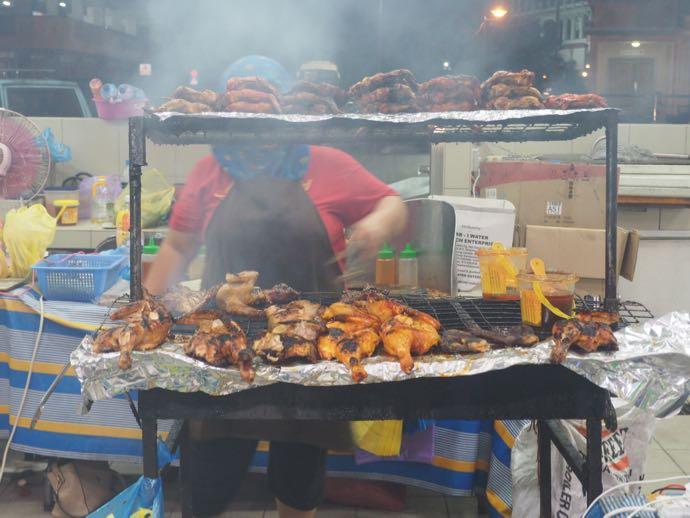 チキンを炙る女性