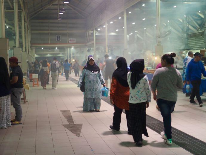 ナイトマーケットで買い物する女性たち