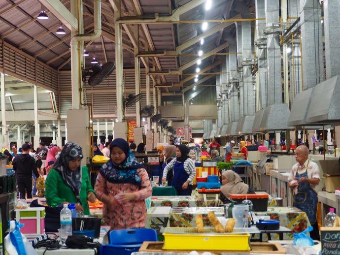 ガドン・ナイトマーケットで働く人々