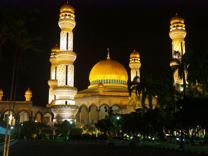 ライトアップされたニューモスク