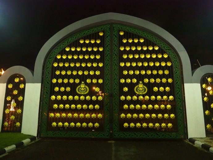 夜のニューモスクの門扉
