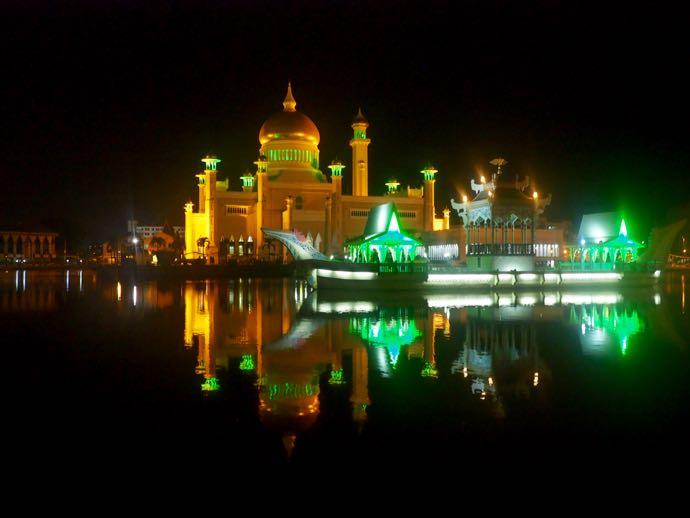ライトアップされたオールド・モスク