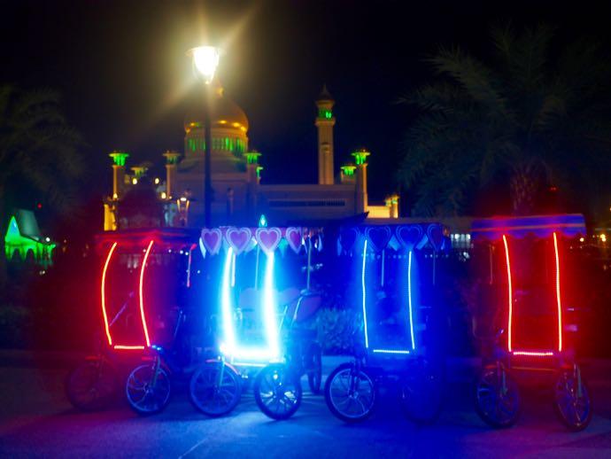 ライトアップされた自転車