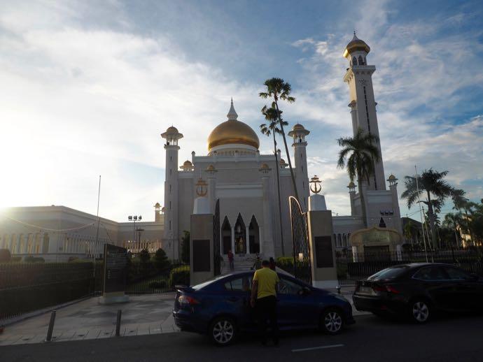 モスク前に路駐する自動車