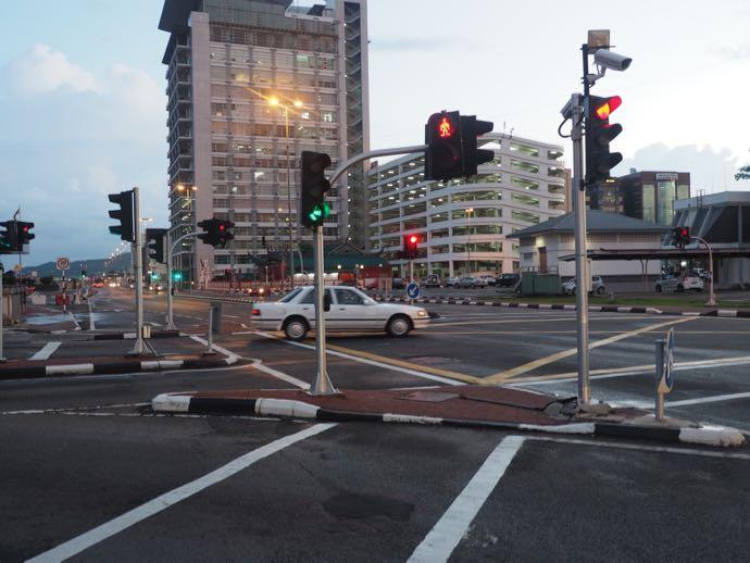 ブルネイの道路は整然としている