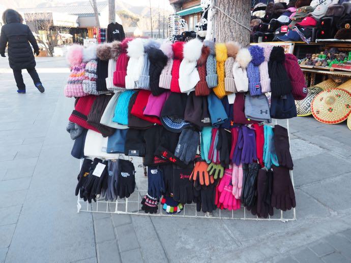 慕田峪長城で売られている帽子と手袋