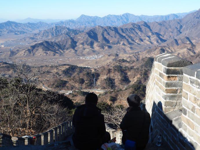 慕田峪長城から景色をのぞむ