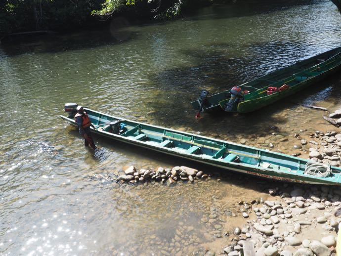 ロングボートで移動