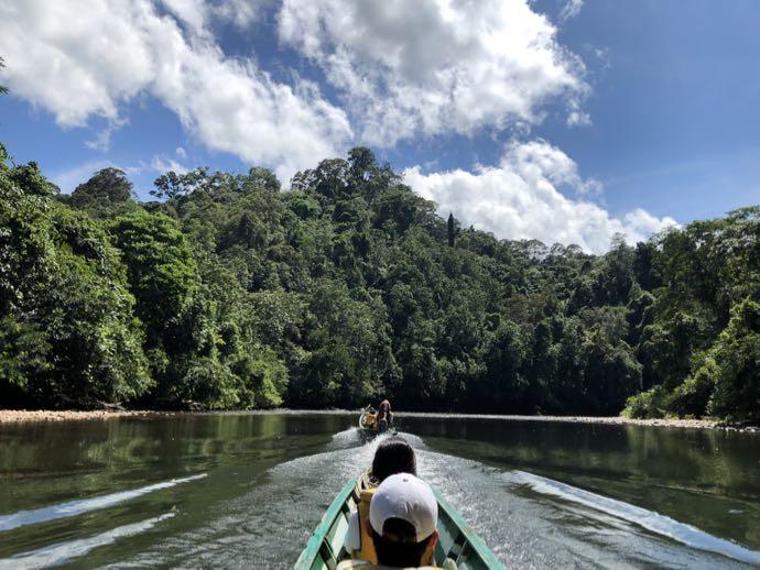 ウル・トゥンブロン国立公園ツアーはボートで進む