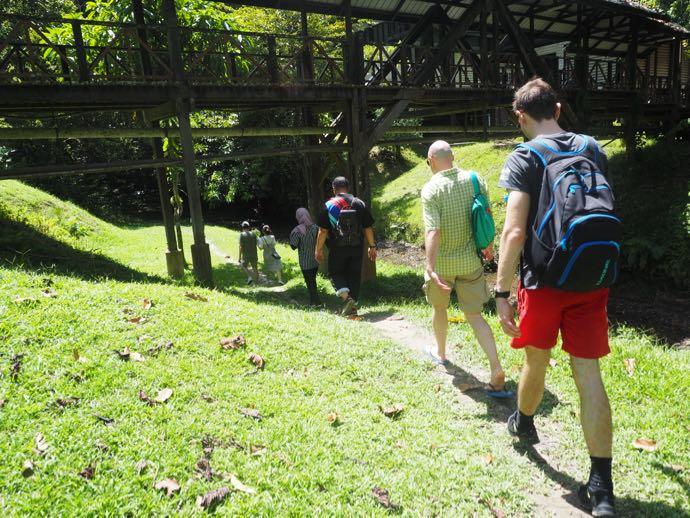 滝壺までハイキング