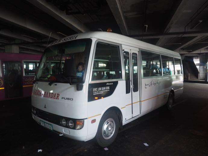 セリアと書かれた白いバス