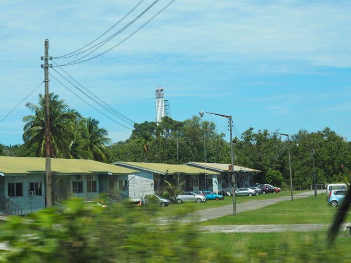 遠くに見えるBLNGの工場の煙突