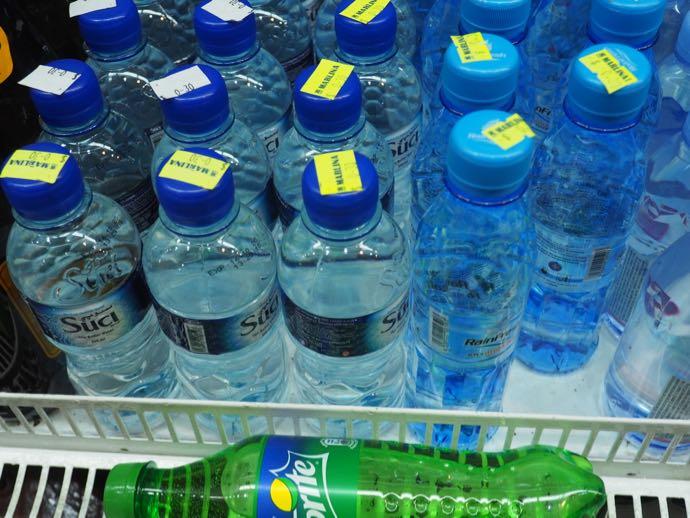陳列されたペットボトルの水