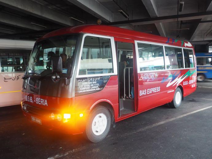 セリア行きの赤いバス