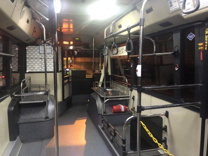 シャトルバスの車内