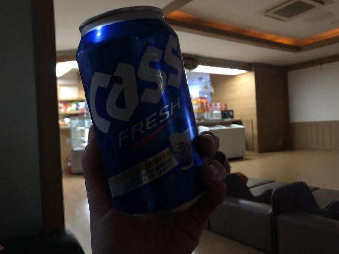 広間で飲むCASSビール
