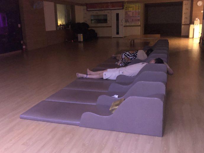 チムジルバンで眠る人々