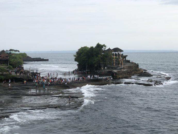 海のすぐそばのタナロット寺院